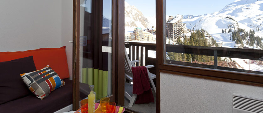 france_avoriaz_le-saskia-apartments_balcony-view-living-room.jpg
